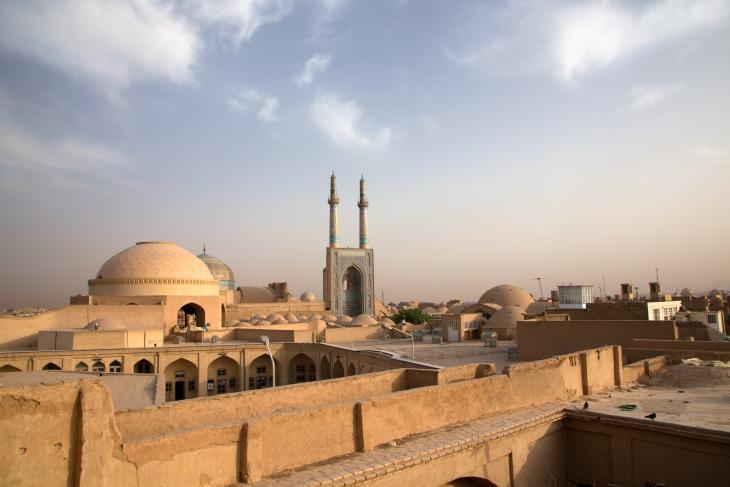 الفجر في يَزد في إيران. يطلُّ مسجد الجامع على المدينة القديمة. مثال جميل عن العمارة الإسلامية الفارسية ويعود تاريخه إلى ما يقارب الألف عام، ويتميز بالمئذنة الأطول في البلد.