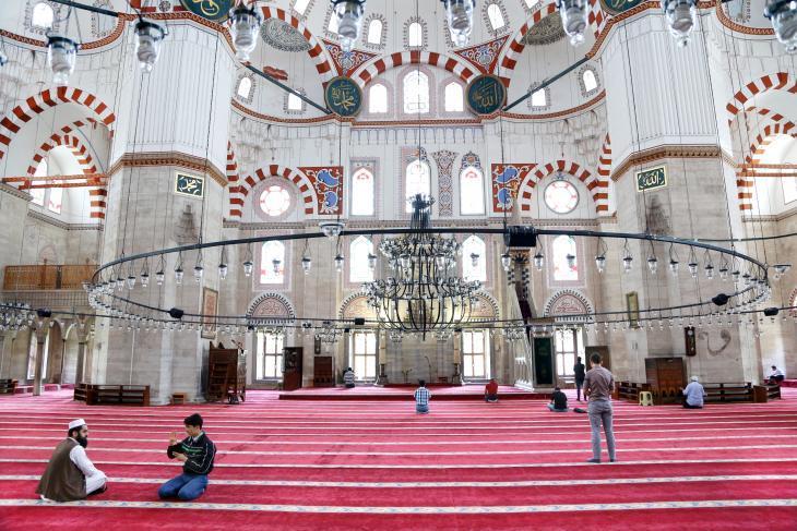 """داخل جامع """"شاه زادة"""" الرائع، جامع عثماني إمبراطوري يقع في منطقة شيخ زادة باشي في اسطنبول، تركيا."""