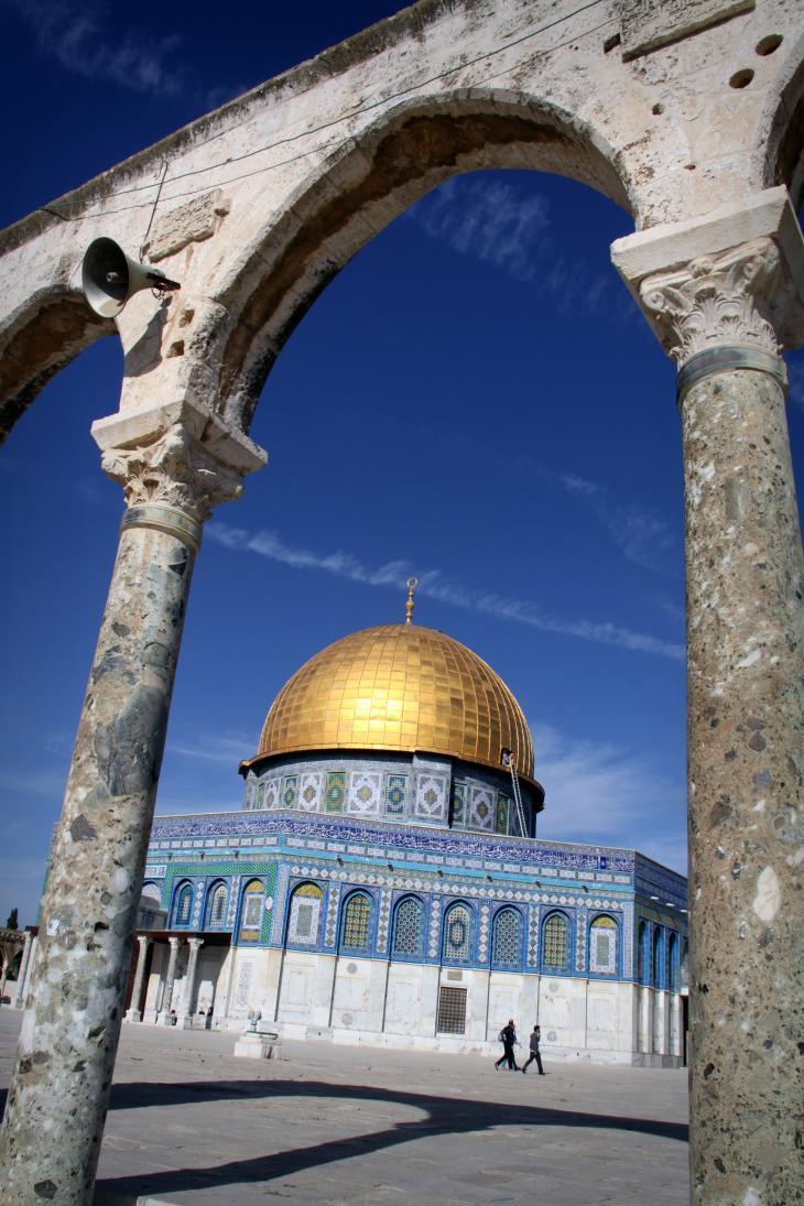 قبة الصخرة وهي ثالث أقدس مكان في الإسلام، بعد مكّة والمدينة. تقع في ساحة المساجد، مع مسجد الأقصى، في القدس. ووفقاً للتقليد الإسلامي، إلى هنا وصل النبي محمد من مكة وعُرِج به إلى السماء.