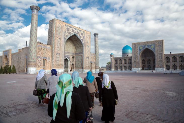 نساء يَسِرْنَ باتجاه ريجستان الأسطوري في سمرقند. يعتبر موقع المدارس المُهيب هذا، واحداً من أكثر المواقع إثارة للإعجاب في آسيا الوسطى.
