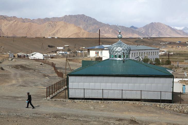 """المسجد الرئيسي في مورغاب، ثاني أهم بلدة في إقليم غورنو-بادخشان، منطقة بامير، طاجيكستان. يُعرف بالفارسية باسم """"بامي دنيا"""" أي """"سقف العالم""""، تشكّل جبال بامير في طاجيكستان الشرقية واحدة من أكثر المناطق المعزولة وغير المستكشفة على الأرض وواحدة من أعلى سلاسل الجبال في العالم."""