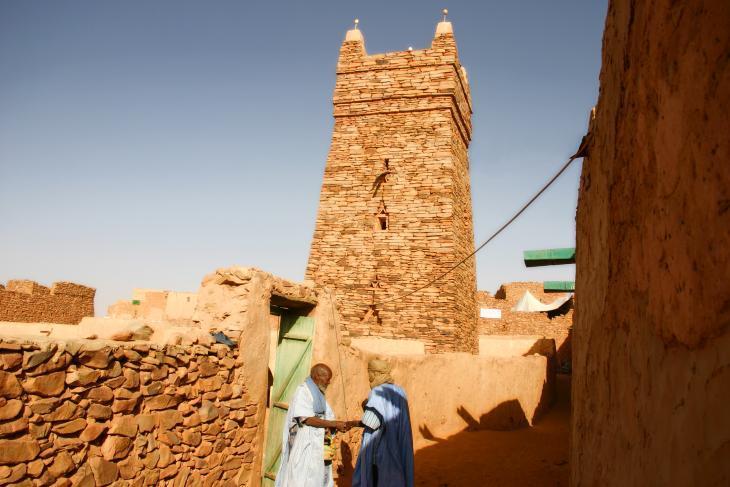 مسجد شنقيط، الذي يعود تاريخه إلى القرن الثالث عشر، هو واحد من المعالم القليلة التي لا تزال سليمة في المدينة، يقع في الصحراء في شمال موريتانيا. مبني بالحجر الجاف (أي بتكديس الحجارة فوق بعضها من دون استعمال مواد أخرى) والطين. مكان غامض...في نهاية العالم.