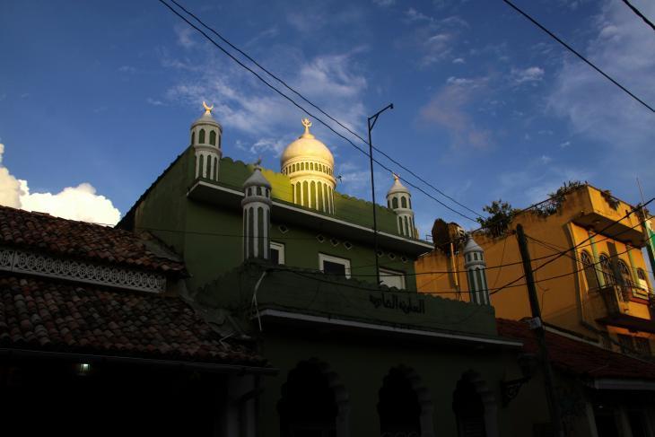 غروب الشمس والضوء الذهبي على جامع جفري ثايكا الجميل، الذي يقع في مدينة جالي القديمة الهادئة، سريلانكا.