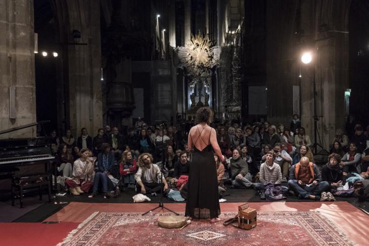الليلة المقدسة - باريس - الشرق يعانق الغرب بما فيهما من معتقدات دينية ودنيوية في ليلة فرنسا المقدسة