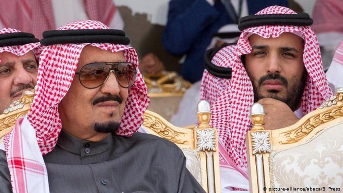 الملكيات العربية - سلطوية متسلطة أم إصلاحية مرنة؟ König Salman Bin Abdul Aziz Al Saud und Kronprinz Mohammed Bin Salman Al Saud (picture-alliance/abaca/B. Press)