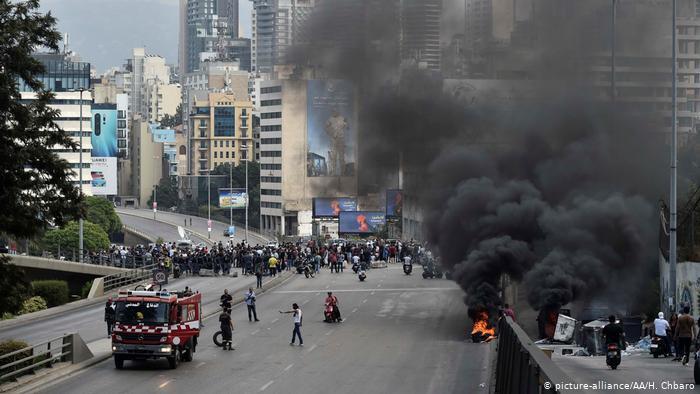 لبنان - أزمات متلاحقة أشعلت احتجاجات واسعة قدحت شرارتها ضريبة الوتساب