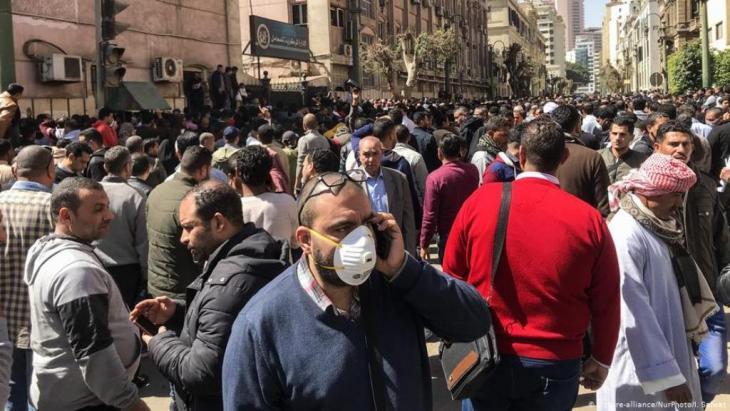 اعتبر اسحاق بوغوش وهو طبيب كندي، أنّ من المرجح أن تكون حالات كورونا في مصر أكثر مما تم الإعلان عنه، وأن مصر، وحتى مع التقديرات الضئيلة قد تكون مصدراً لتصدير الفيروس