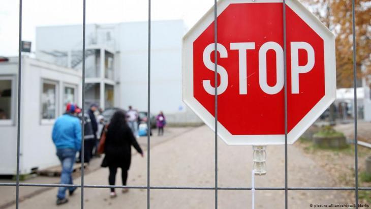 أعلنت سلطات ولاية مكلنبورغ فوربومرن في شرقي ألمانيا، عن إصابة طالب لجوء سوري (24 عاماً) بفيروس كورونا المستجد، في مركز استقبال اللاجئين بمدينة شفيرين عاصمة الولاية. وقد أكدت السلطات الصحية في الولاية إصابة طالب اللجوء السبت (14 مارس/ آذار2020).