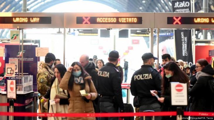 صورة للمحطة المركزية للقطارات في ميلانو الإيطالية أثناء عمليات التفتيش العسكرية والشرطية خلال بسبب تفشي فيروس كورونا في 09 مارس / آذار 2020.