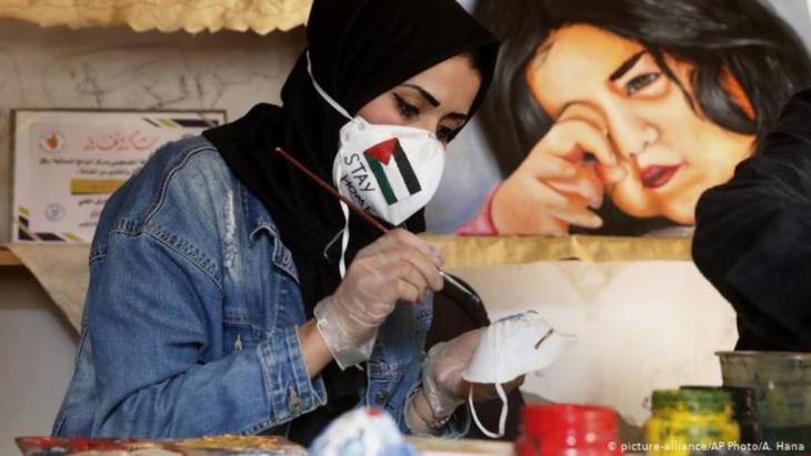 كورونا في غزة: كمامات مرسومة..للوقاية!