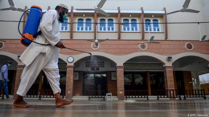 عامل يقوم برش مسجد في مدينة كراتشي الباكستانية استعدادا لدخول شهر رمضان، الذي جاء هذا العام في ظل جائحة كورونا