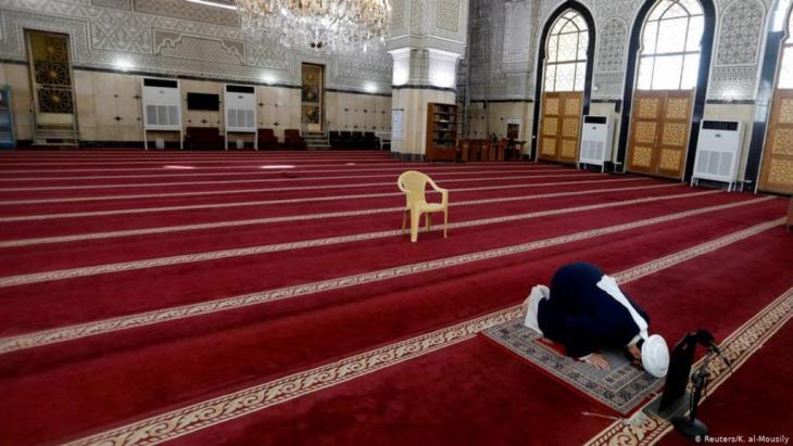 إمام يصلي وحده في العاصمة العراقية بغداد