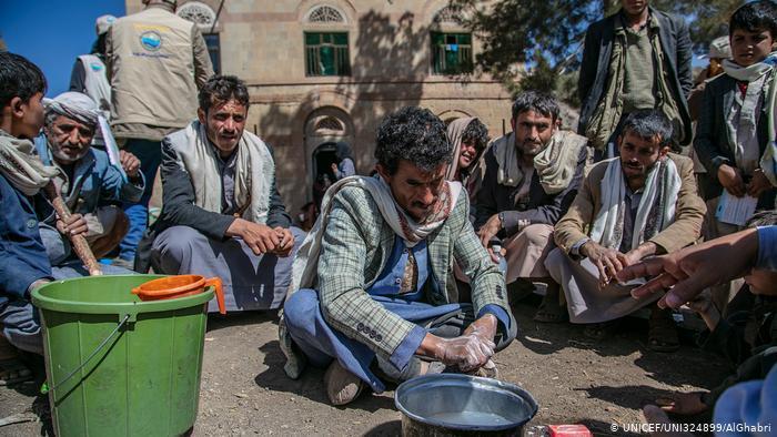 في ظل شح الماء والصابون - كيف يواجه لاجئون ونازحون فيروس كورونا في المخيمات؟