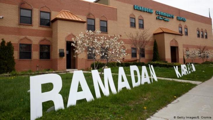 """الصلاة في الهواء الطلق في الولايات المتحدة الأمريكية: في مدينة ديربورن بولاية ميشيغان الأمريكية احتفل العاملون بأحد مراكز الرعاية الاجتماعية، والذي يضم مسجداً باسم مسجد السلام، بقدوم شهر رمضان عن طريق تثبيت حروف كبيرة تشكل جملة """"رمضان كريم""""."""