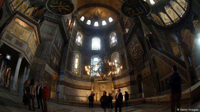 تركيا - إسطنبول - آيا صوفيا تحفة البوسفور المعمارية بقبتها الضخمة ومآذنها الأربع تصبح مسجدا من جديد وسط جدل عالمي