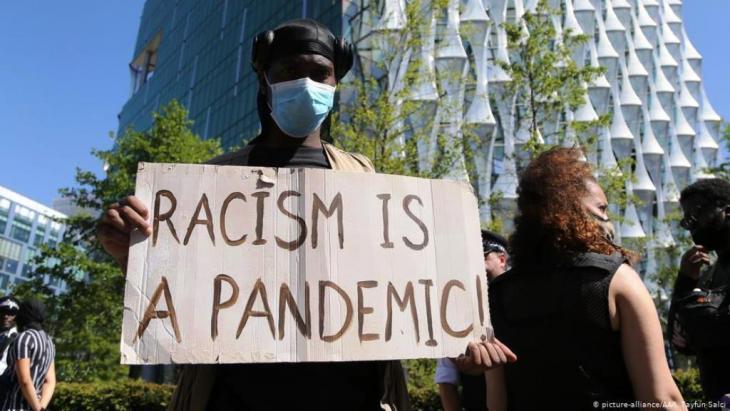 جائحة العنصرية. متظاهر في وسط العاصمة البريطانية لندن.