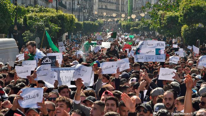 بين مد وجزر - مكتسبات حراك الجزائر الذي دفع بوتفليقة للاستقالة