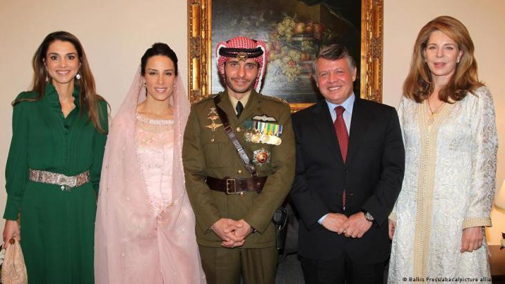 الملكة نور ، الملك عبد الله ، الأمير الحسين ، ... ، الملكة رانيا ، الأردن - الصورة من أرشيف عام 2012.