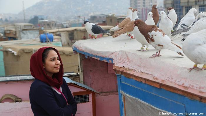 "هكذا عرضت السينما العالمية ""مأساة"" أفغانستان 01_Wie das Weltkino die Tragödie Afghanistans zeigte _ Foto Film still from Hava Maryam Ayesha _ a woman on a Kabul rooftop looking at pigeons"