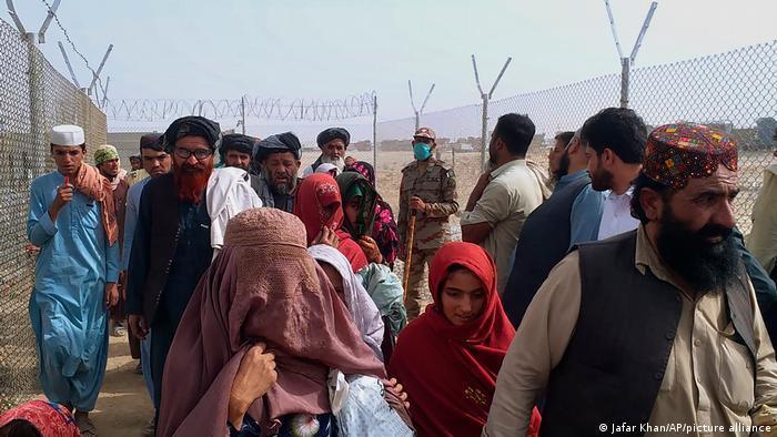 مشاهد الفرار من كابول حين دخلت حركة طالبان إلى عاصمة أفغانستان -  فهل يثق الناس بطالبان؟