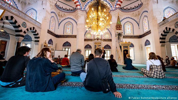 يوم المساجد المفتوحة في ألمانيا 2021 - تراجع عدد الزوار لا يعود فقط إلى كورونا  05_Deutschland Berlin Tag der offenen Moschee FOTO PICTURE ALLIANCE