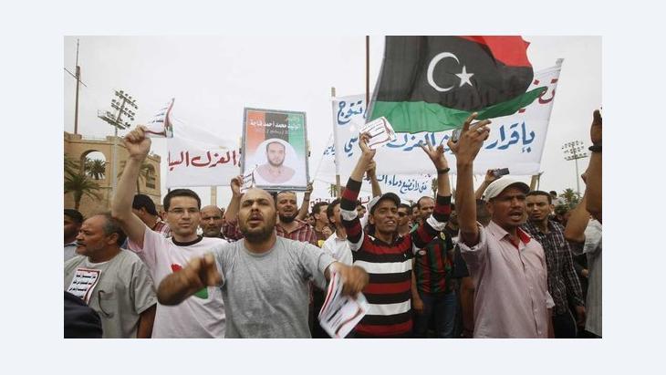 احتجاجات تطالب بتنحية الموظفين السابقين في نظام القذافي من كل المناصب في الدولة.   Reuters