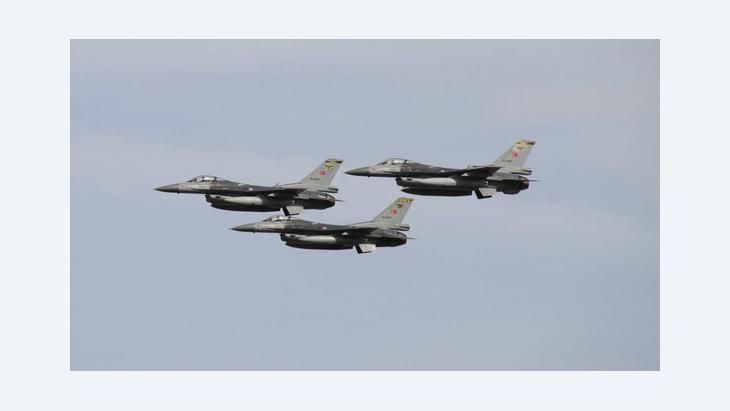 طائرة من نوع F16 .  Imago