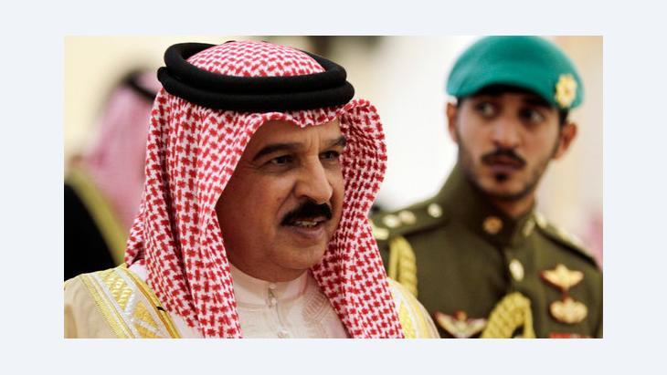 ملك البحرين حمد بن عيسى آل خليفة  مع نجله خالد بن حمد آل خليفة.  د أ ب د