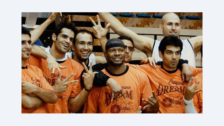 لاعب كرة السلة الأمريكي كيفن شيبارد في مدينة شيراز مع أعضاء فريق إي إس شيراز. theiranjob.com