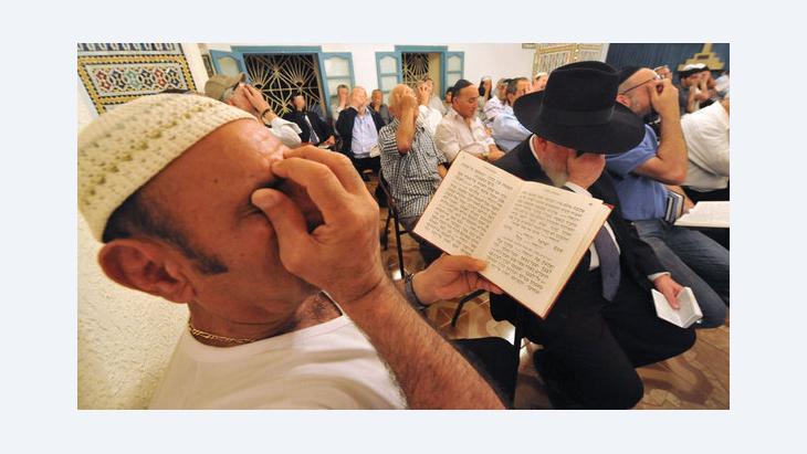 يهود يصلون في كنيس يهودي شمال المغرب. غيتي إميجيس