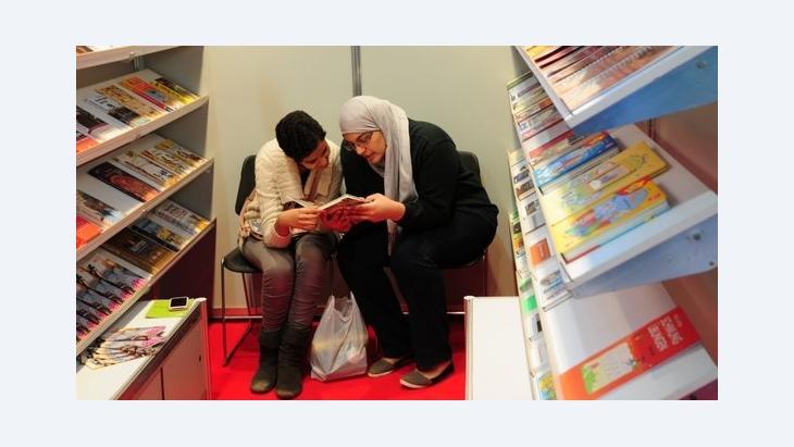 شابتان معنيتان بإنتاج الكتب. معرض القاهرة الدولي للكتاب. دويتشه فيله