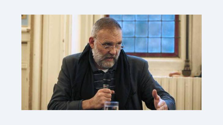 الأب الإيطالي باولو دالوليو عاش في سوريا أكثر من 30 عامًا وأعاد إحياء دير مار موسى الحبشي الواقع شمال دمشق. وحتى شهر حزيران/ يونيو 2012 كان يرسل بانتظام تقارير حول المآسي التي تحدث كلَّ يوم في سوريا، إلى أن أبعَدَهُ نظام الأسد عن البلاد. أ ف ب