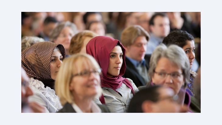 امرأتان مسلمتان تتابعان إحدى الفعاليات في جامعة مونستر الألمانية. د ب أ