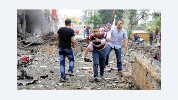 بلدة الريحانية التركية على بعد 8 كيلومترات من الحدود السورية بعد وقوع تفجيرات إرهابية فيها. د  ب أ