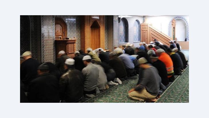 مسلمون يصلون في أحد مساجد مدينة هامبورغ في ألمانيا. د ب أ