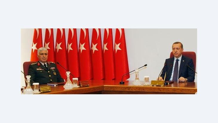 العلاقة بين العسكر والساسة في تركيا، الصورة ا ب