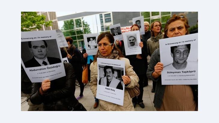 متظاهرون أمام محكمة ميونخ يرفعون صور ضحايا خلية النازيين الجدد  (إن إس يو) . رويترز