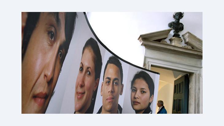 معرض في مدينة أوغسبورغ عن المهاجرين في ألمانيا. د ب أ
