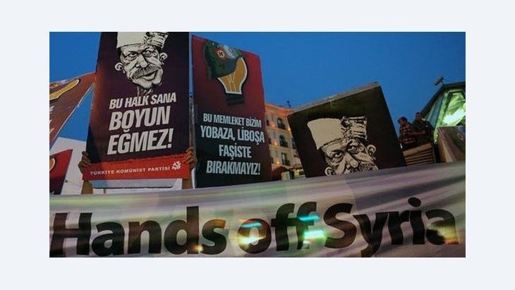 شعارات في اسطنبول تدعو إلى عدم التدخل في شوريا الصورة ا ب