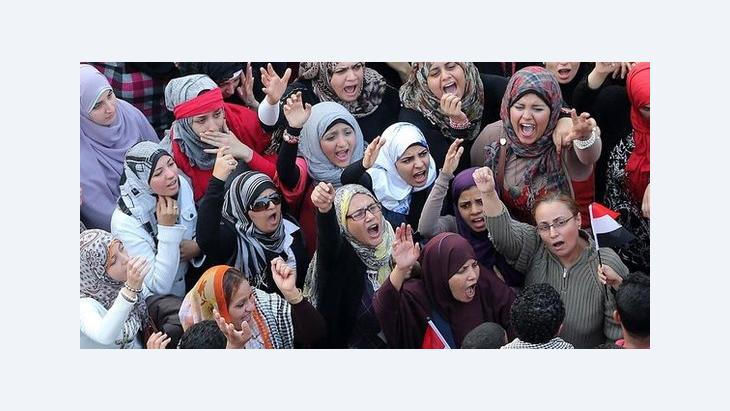 نساء يتظاهرن في القاهرة ضد توسيع مرسي لصلاحياته. د ب أ