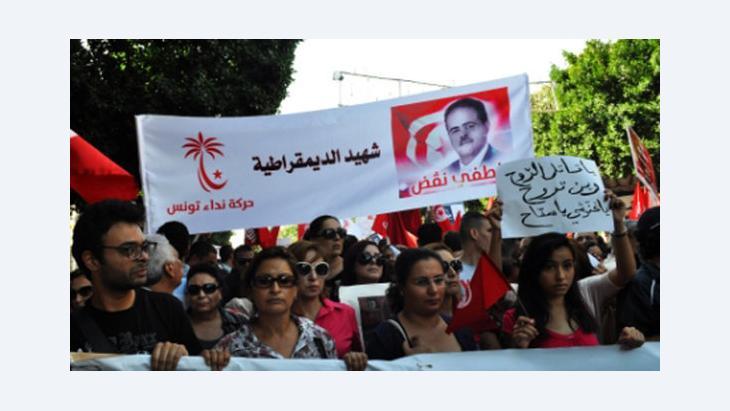مظاهرة لأنصار حزب النداء في تونس. دويتشه فيله