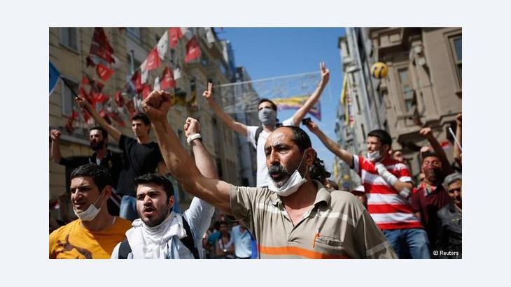 محتجون غاضبون في اسطنبول. رويترز