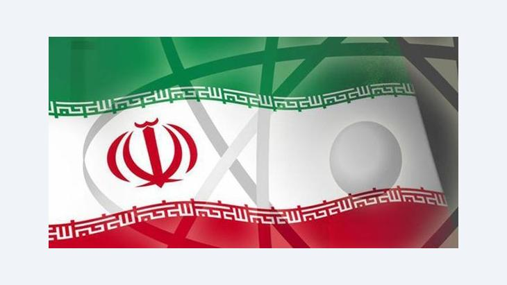 صورة تعبيرية عن البرنامج النووي الإيراني. شكل لنواة الذرة على العلم الإيراني. أ ب