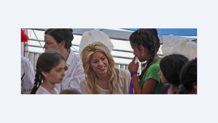 المغنية الشهيرة شاكيرا في زيارة لمدرسة يدا بيد