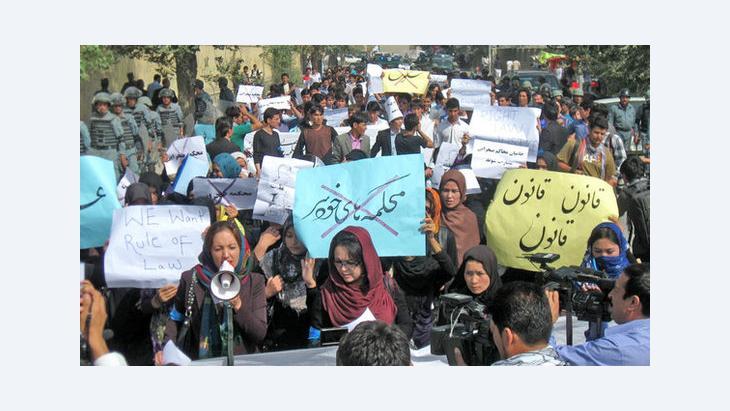 رجال ونساء يحتجون في كابُل على التمييز ضد المرأة، سبتمبر 2012. دويتشه فيله