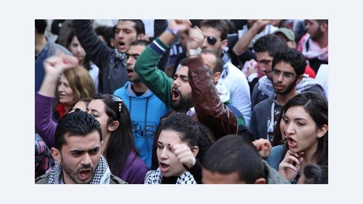 متظاهرون لبنانيون أمام السفارة السورية في بيروت الصورة دويتشه فيله