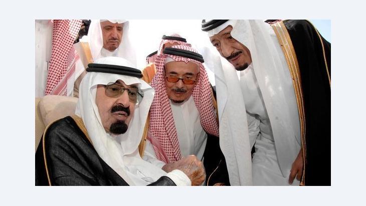 العاهل السعودي عبد الله محاطاً بأفراد من عائلته المالكة، الوكالة السعودية للأنباء