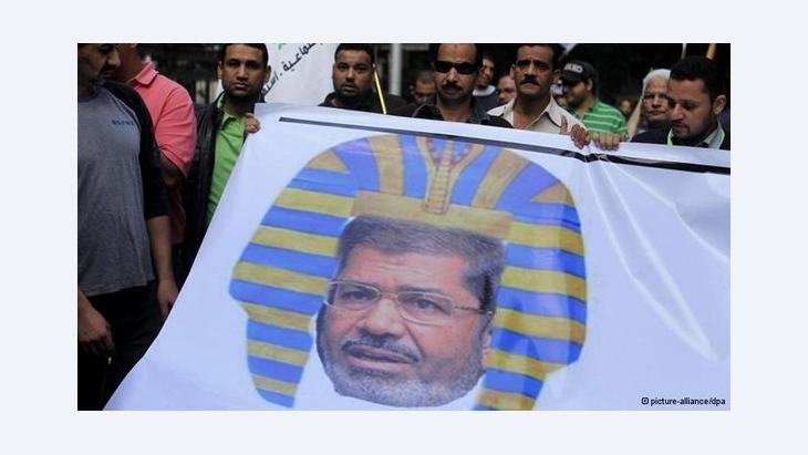 تباينت ردود فعل الشارع المصري بين مؤيد ومعارض للإعلان الدستوري الجديد