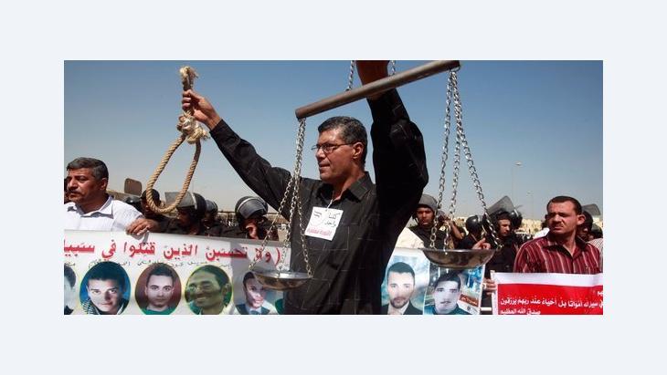 متظاهرون يطالبون باعدام الرئيس المصري حسني مبارك أمام محكمة جنايات القاهرة، الصورة رويترز