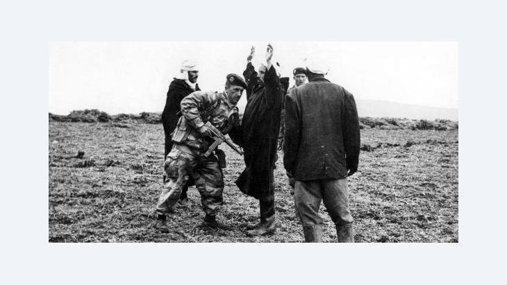 فرنسا والجزائر...اتفاق ضد ذاكرة التاريخ، مجند فرنسي يتفحص مواطنين جزائريين الصورة د ب ا